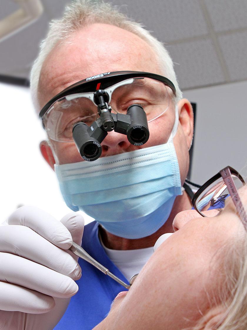 Zum Beispiel bei Putzdefekten, bei denen auf der Außenseite des Zahnes der Zahnhals freiliegt, können wir mit einem kleinen chirurgischen Eingriff den natürlichen Zahnfleischverlauf am Zahn wieder herstellen.