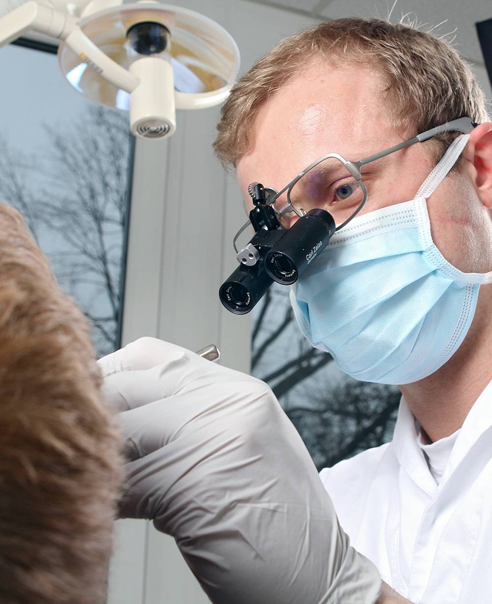 Die präzise Bestimmung der Länge betroffener Nervenkanäle ist eine der Aufbereitungsmethoden, die eine Wurzelbehandlung für den Patienten so kurz und schmerzarm wie möglich machen.